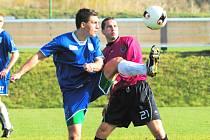 Marek Plichta (vpravo v souboji s vlašimským Lizákem) se po dlouhé přestávce, zaviněné nepříjemným zraněním, ve vítězném  zápase juniorky Dynama s Vlašimí vrátil na zelený trávník.