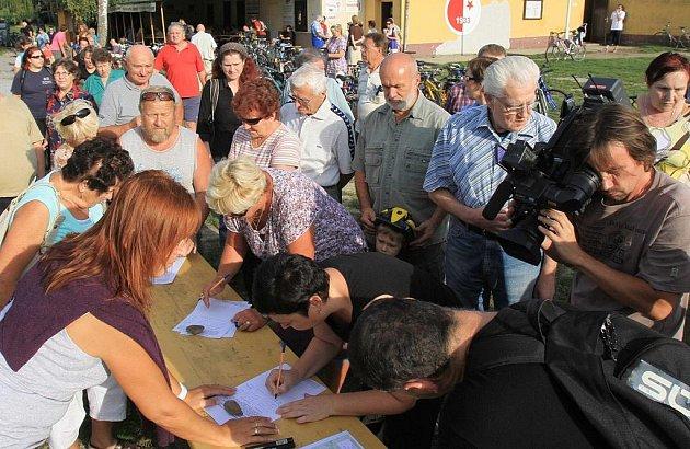 Podepisování petice proti nové silnici u Malého jezu.