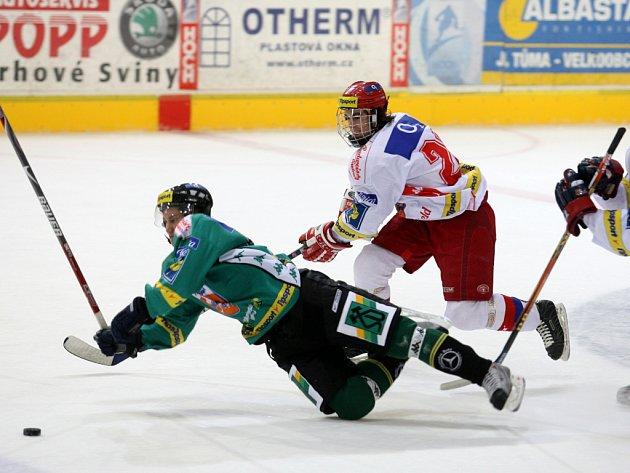 V nedávném semifinále Tipsport Cupu fauluje mladíček v českobudějovické obraně Martin Havran karlovarského Davida Zuckera. V pohárovém duelu byli úspěšnější Západočeši (4:1), ve čtvrtek bude mít Mountfield na ledě soupeře příležitost k odvetě.