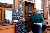 Některé hospody a kavárny na Českobudějovicku zachovaly alespoň výdej jídel z okének.