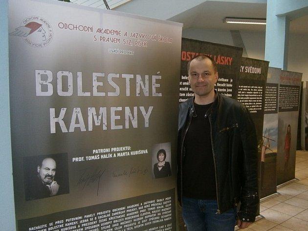Pedagog Pavel Sekyrka je iniciátorem projektu Bolestné kameny, jehož jednou verzí je i putovní výstava.
