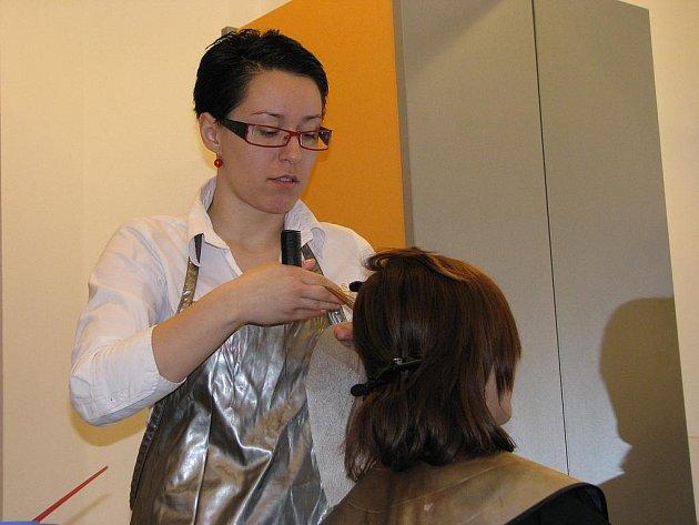 Petra Kovaříková pracuje jako kadeřnice koloristka, to znamená, že v salonu barví vlasy, dělá trvalou a melíry. Právě melírování (na snímku) je nejpracnější.