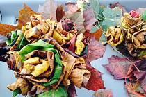 Kytice z javorových listů.