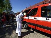 Mydlovarští dobrovolní hasiči dostali nové vozidlo. V sobotu se tak u nich na návsi konala velká sláva.
