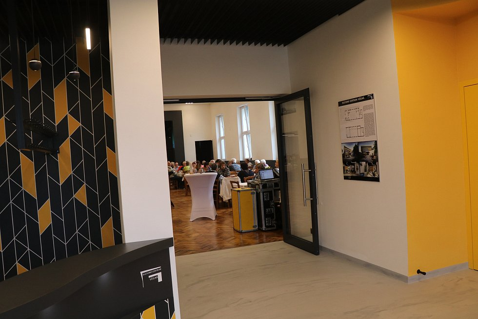 Nový kulturní dům navštívila v rámci prohlídky a ochutnávky snad celá Včelná.