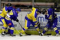 DEBAKL. Jindřichův Hradec bojuje na ledě Nymburku. Jihočeši zde prohráli 7:0 a jejich série porážek vrcholila. Nyní jsou z nejhoršího venku a bojují o účast v play-off