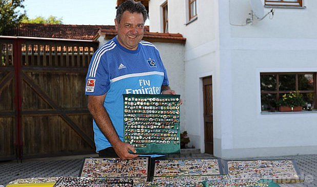 Má tisíce fotbalových odznaků.