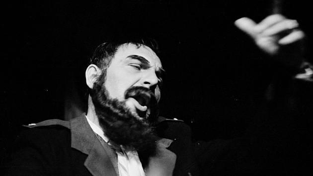Zemřel Oldřich Jakubík, jedna z osobností opery Jihočeského divadla. Bylo mu 83 let. Na snímku jako Revírník z Příběhů lišky Bystroušky.