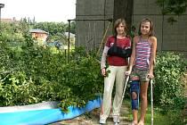 Na Vendulku Lampertovou (vpravo) a Moniku Vondráškovou z Neznašova spadla v sobotu těžká dubová větev. Obě skončily v nemocnici.