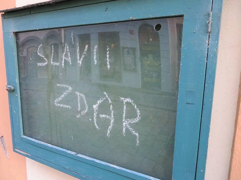 Podívejte se na vtipné vzkazy, zákazy či varování, které lze najít napříč Jihočeským krajem.