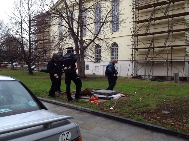 Strážníci městské policie kontrolují bezdomovce v ČB.