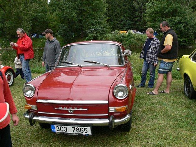"""Návštěvníci srazu okukovali také soutěžní vůz """"redakce"""" Škoda 1000 MBG De Luxe."""