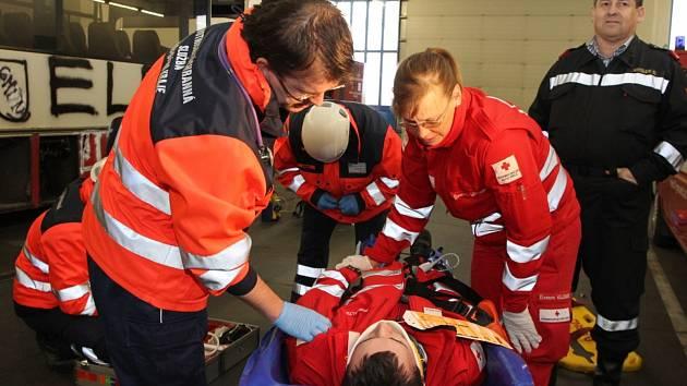Simulovaná nehoda autobusu a náklaďáku s větším počtem zraněných byla námětem společného cvičení v Gmündu.