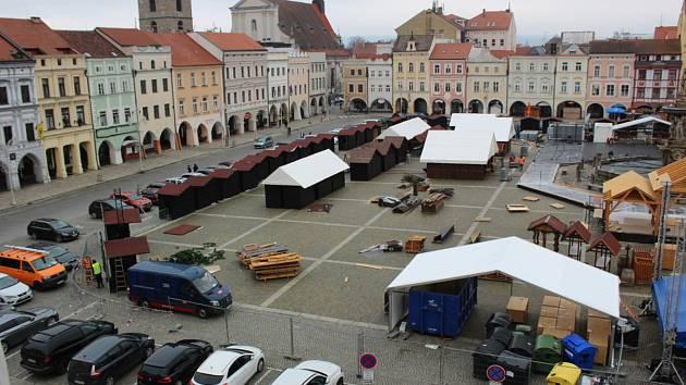 V centru Českých Budějovic vzniká hlavní adventní atrakce - tržiště.