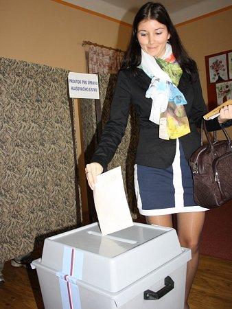 Dvě mouchy jednou ranou zabila Jitka Chladová. Včeskobudějovickém okrsku č. 22stihla hlasovat a zároveň potěšit imaminku Věru Chladovou, předsedkyni komise, něčím sladkým na zub.