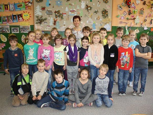 Střídní učitelkou Bohuslavou Jurákovou se fotili žáci 1.C trhosvinenské základní školy.