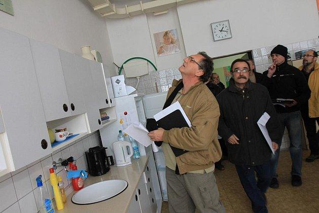 Zástupci odborných firem si na snímku prohlížejí kuchyňku v ZŠ Máj I.