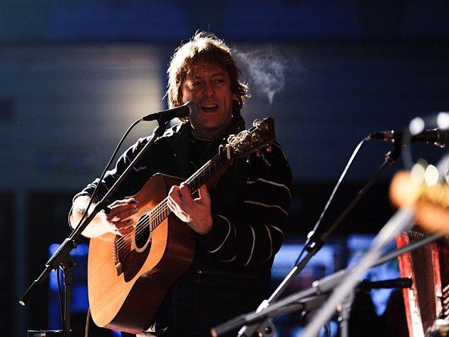 Folková skupina Devítka vydala album Je to boj! Natočila na něj 15 písniček.  Na snímku Honza Brož, hlavní osobnost kapely.