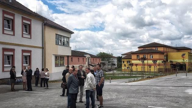 Dříteň ve čtvrtek 25. května slavnostně představila tři třídy, které vznikly v přístavbě staré školy při rekonstrukci objektu. Přístavba je v pravé části snímku.