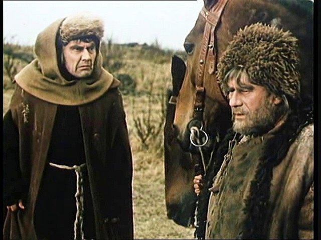 Nahněvaný Sakristián (Stanislav Neumann) a místní sedák (Bohuš Záhorský) se přou, která strana více holduje násilí.