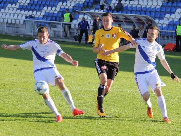 Fotbalisté Dynama hráli ve Frýdku-Místku 1:1 (na snímku Jiří Funda v souboji se dvěma domácími hráči).