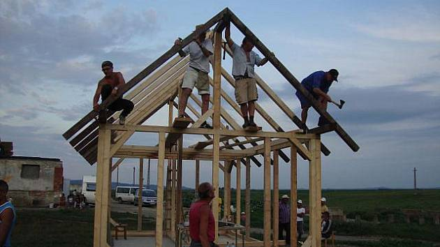 Stavějí domy pro rumunské Romy.