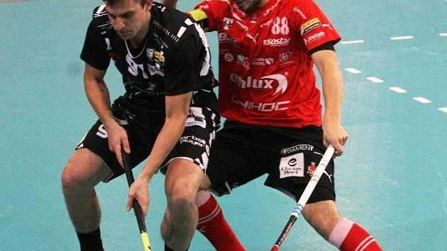 Jan Natov (vpravo) v extraligovém utkání proti Liberci