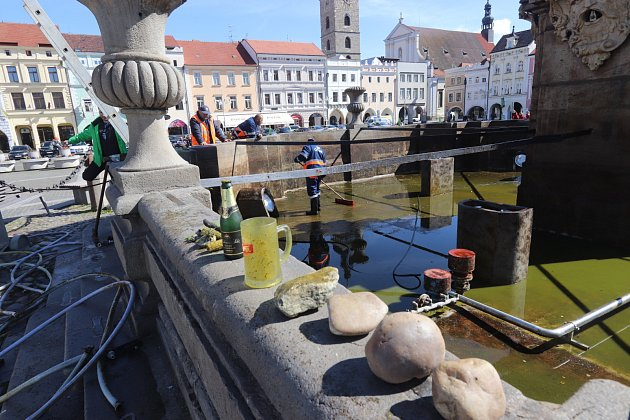 Samsonovu kašnu na českobudějovickém náměstí Přemysla Otakara II. začali v pondělí čistit zaměstnanci společnosti Čevak.
