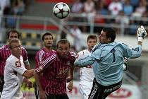 Na podzim Dynamo doma podlehlo Slavii 0:1 (Pavel Kučera za asistence Michaela Žižky zasahuje před slávistou Stanislavem Vlčkem), jak dopadne pondělní odveta v Edenu?