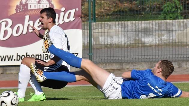 Soběslav v krajském přeboru zdolala v derby Planou 5:0 (na snímku Maršík v duelu se Šahajdou). O víkendu fotbalové soutěže v kraji pokračují.