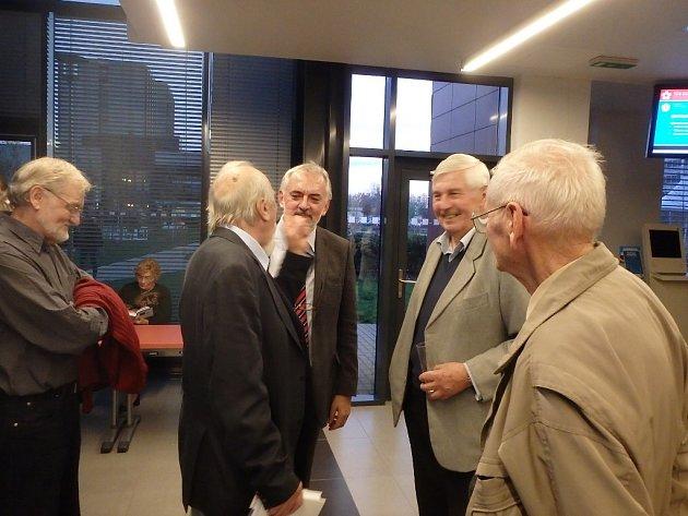Při představení knihy Čekej na mě se sešli na rektorátu Jihočeské univerzity přátelé a spolupracovníci historika Roberta Saka. Uprostřed je rektor Libor Grubhoffer.