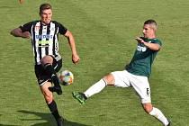 Fotbalisté Dynama v prvním vzájemném utkání s Jabloncem hráli doma 1:1 (na snímku Lukáš Provod v souboji s jabloneckým Pilíkem) a nedělní odvetu v Jablonci vyhráli 1:0!