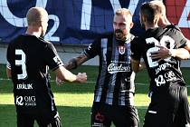 Jakub Hora (uprostřed) přijímá v zápase s Pardubicemi od svých spoluhráčů gratulace ke svému gólu, který nakonec byl i gólem vítězným.