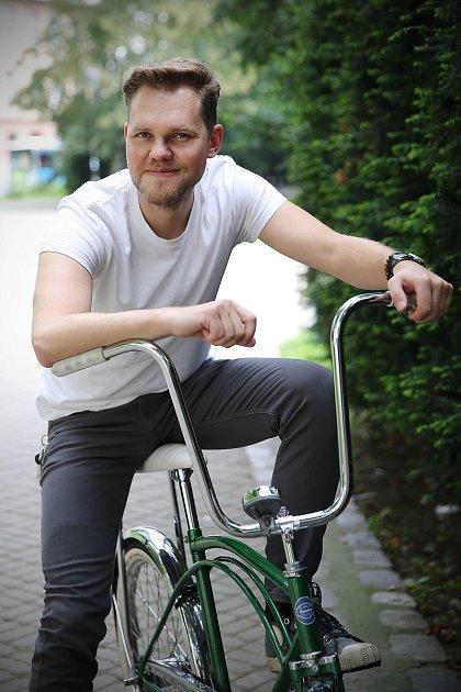 Lukáš Podlešák opravuje stará kola.