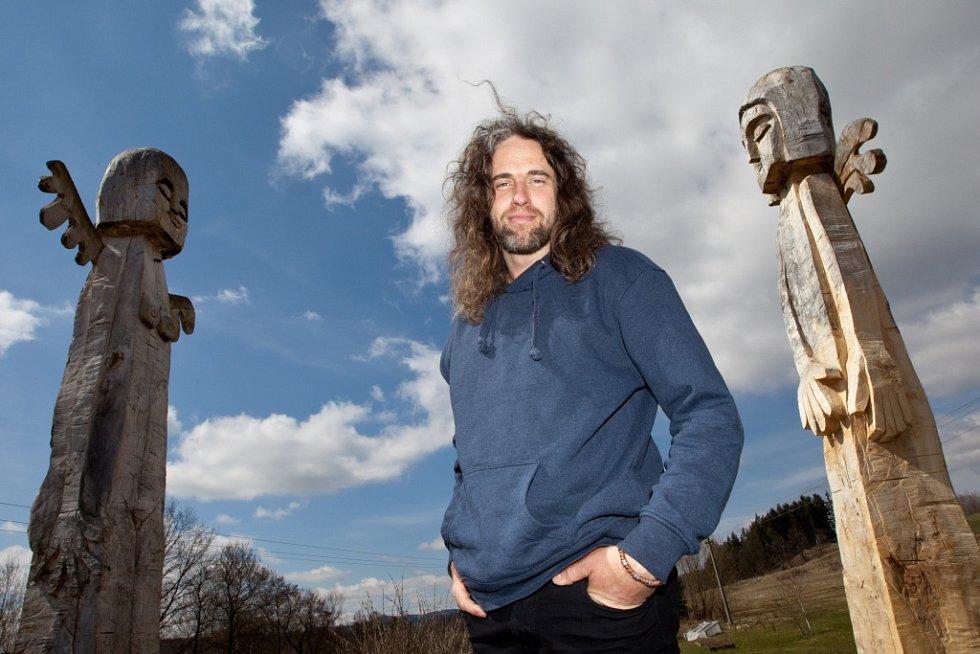 Martin Vytáček přezdívaný Marvin vyřezal ze dvou topolů šestimetrové sochy andělů, které zdobí pozemek v Rychnově nad Malší.