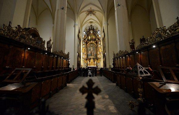 Převor kláštera ve Vyšším Brodě Justin Berka ukázal 26.března novinářům Závišův kříž - jeden znejvzácnější relikviářů světa. Vpolovině dubna bude kříž za přísných bezpečnostních opatření přemístěn do nové pancéřované klenotnice vybudované vklášteře.