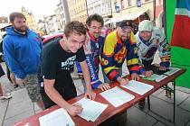 Petici za zachování hokeje v Českých Budějovicích podepisují fanoušci u česko budějovické radnice,zleva Dalibor Pánský,Pavel Vágner,Tomáš Sabolčák a Štěpán Kočí.