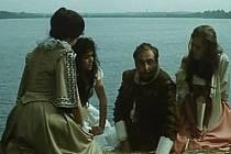 Miloš Kopecký na břehu rybníka Rožmberk se třemi dívkami ze svého fraucimoru.