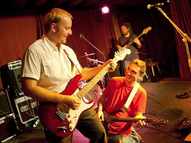 Rockový dělník Petr Kubát (vlevo, dole na snímku zpěvák Aleš Krieg) opustil po čtyřech letech skupinu Potrubí. Místo něj se do kapely vrátí kytarista Jan Bobr Sládek.
