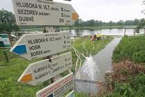 Odčerpávání vody z golfového hřiště v Hluboké nad Vltavou.