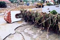 SRPEN 2002. Kaplická ulice v Metlách po opadu vody. Občané včas obec opustili.