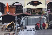 Příprava vánočního trhu na českobudějovickém náměstí.