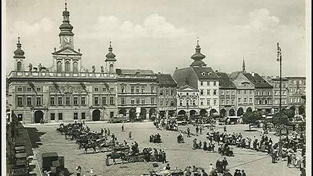 Radnice s náměstím v období 1. republiky.