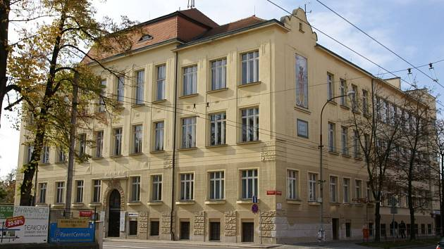 Stejně jako v roce 1908 slouží budova dnešní  Střední školy obchodní na Husově třídě v Českých Budějovicích  vzdělávání.