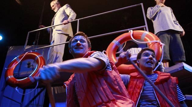 Sto roků prázdnin, nová hra loukothry Jihočeského divadla, je plná vtipu a nadsázky.
