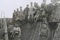 Vojenské zákopy v Haliči byly dějištěm některých bitev na východní frontě. Jenomže po bitvě u Lvova  (Lemberku), centru východní Haliče, Rusové postupně získali až tři sta padesát tisíc zajatců.