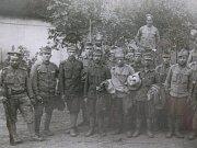 Pomník na návsi v Hostech stojí dodnes. Jsou na něm uvedena jména padlých v první světové válce, kteří pocházeli z této vsi. Celkem je na něm uvedeno 12 jmen.