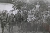 Zajatci v Rusku často odkládali rakousko-uherské uniformy a stávali se legionáři. Tak vznikl například 1. střelecký pluk Mistra Jana Husa.