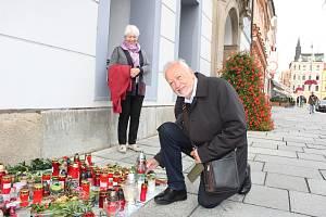 Irmgard a Peter Gstettner z Rakouska zavzpomínali u českobudějovické radnice na zesnulého Karla Gotta.