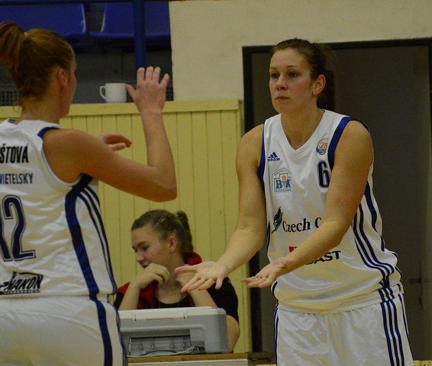 STŘELKYNĚ. Edita Šujanová (uprostřed s číslem 6) k vítězství Strakonic v Karlových Varech přispěla osmnácti body.